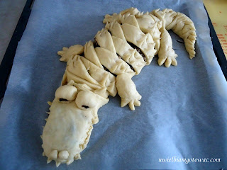 Krokodyl faszerowany mięsem i grzybami