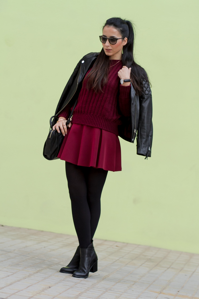 Look en color granate oxblood burgundy con negro medias ORI tendencia falda corta Blog Moda Tendencias Estilo Withorwithoutshoes