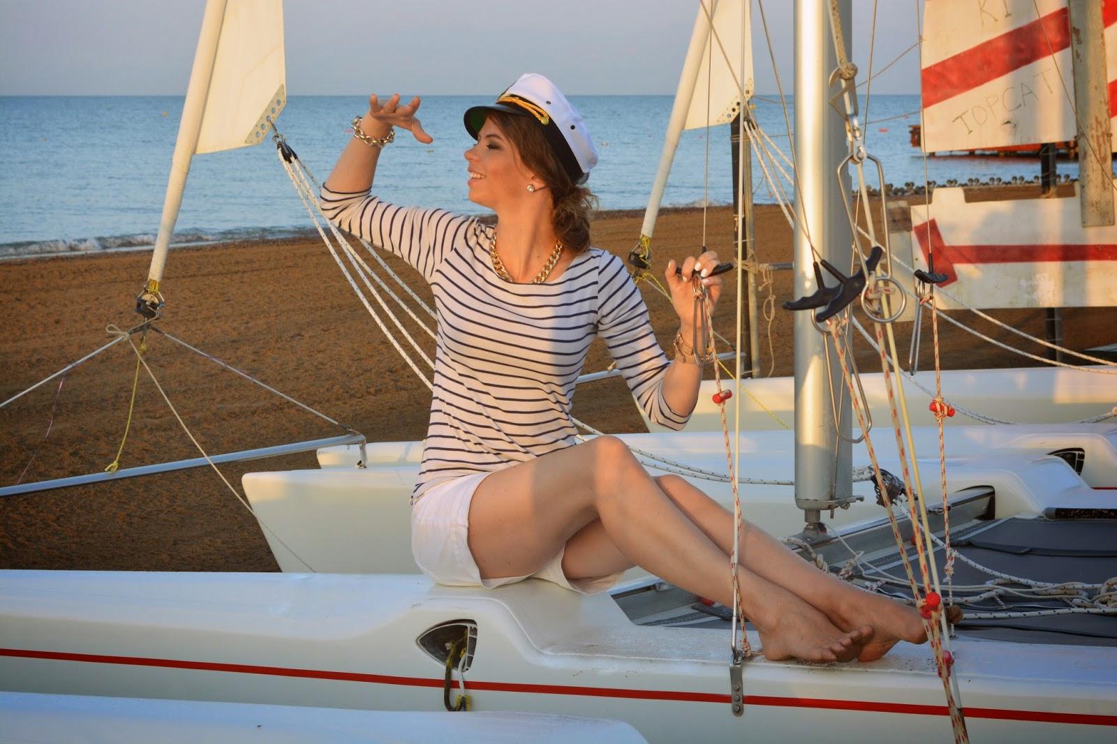 морячка в фуражке и тельняшке