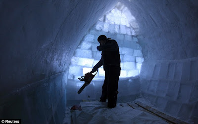 Carving up the room_Workers make everything by shaving huge block of ice for the unusual building