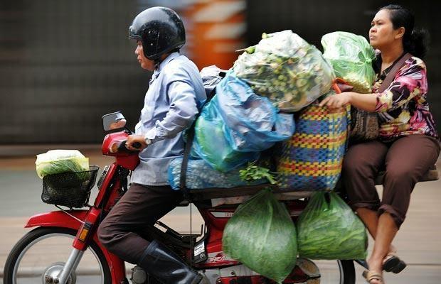Hindari membawa barang berlebih saat naik motor