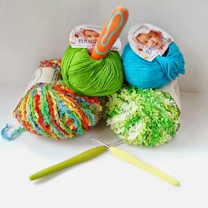 нитки для вязания и крючок