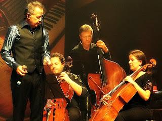 Nasi no concerto Clássicos do Rock Nacional, acompanhado pela Orquestra de Câmara da Ulbra.
