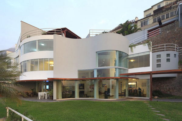 Hogares frescos residencia moderna en lima per for Casas modernas lima