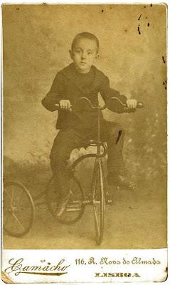 Fernando Pessoa a andar de triciclo