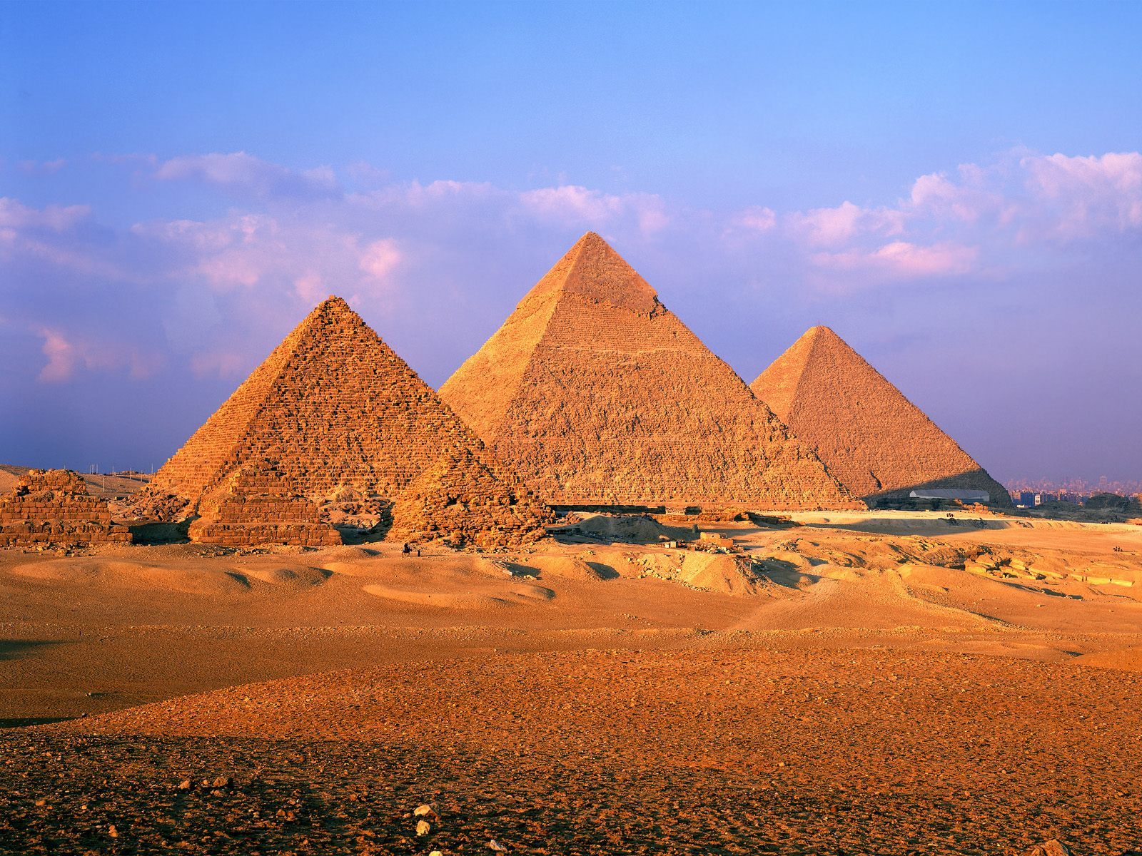egyptian and mexican pyramids If you ask yourself how many pyramids are in the world you will be lost in thoughts and it least you wouldn't find the right number no matter who you are a person who has never interested in pyramids or you have phd in history, it's not matter you do not find an answer on this question.