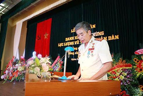 Anh hùng lực lượng vũ trang nhân dân Đại tá Đào Văn Vinh phát biểu tại buổi Lễ.