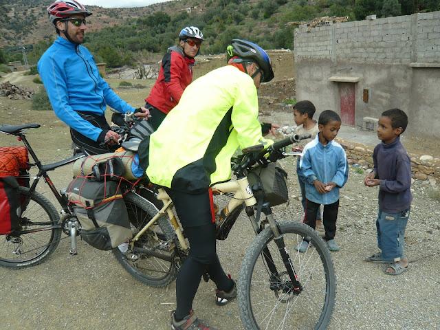 Bomberos de Béjar conla bici de Montaña se encuentran con niños de las aldeas