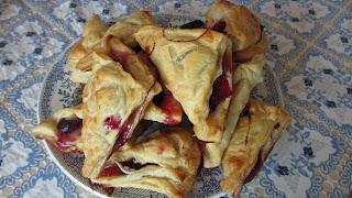 пирожки из слоеного теста с виноградом и сливой