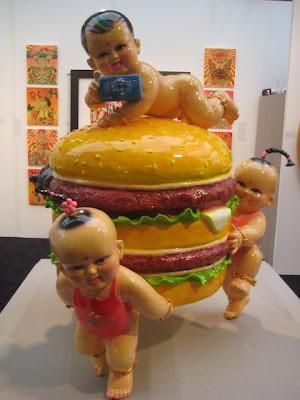 Arte extraño con bebes y hamburguesas