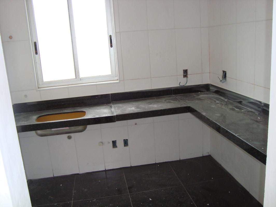Piso da cozinha em porcelanato preto e bancada em L. #6B4F2D 1064x800 Banheiro Com Bancada Em L