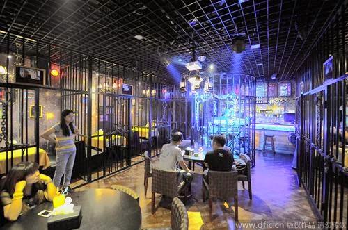 Shock với nhà hàng thiết kế kiểu... nhà tù ở Trung Quốc