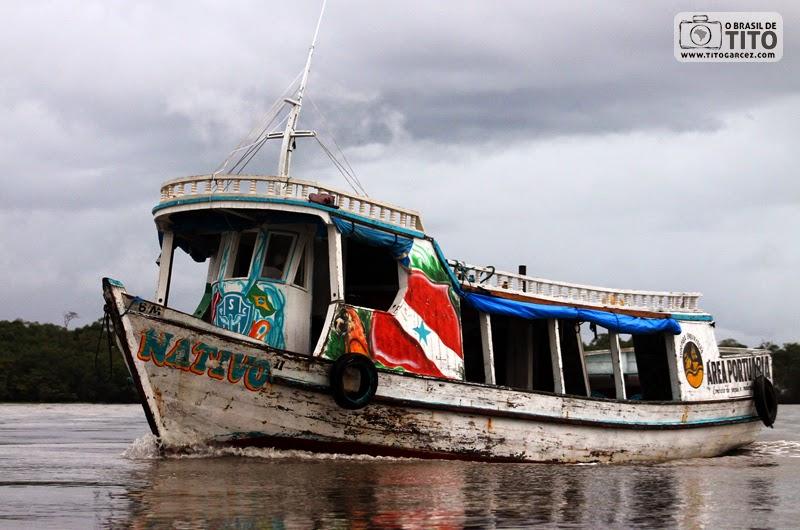 Barco 'Nativo' navega por entre o manguezal na baía de Marapanim, na ilha de Maiandeua (Algodoal), no Pará