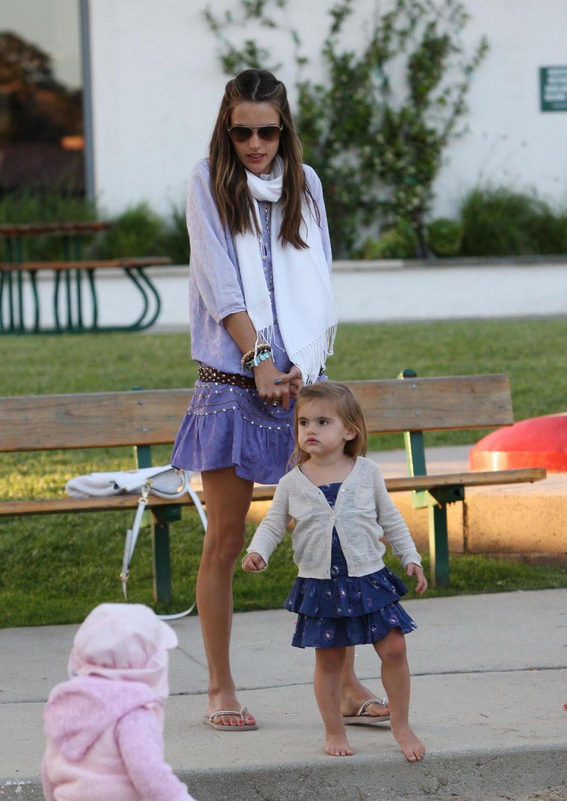 http://2.bp.blogspot.com/-PMED7CGfIH4/TeaX7RtvIfI/AAAAAAAAKgc/yNze27RkaCw/s1600/Alessandra+Ambrosio+with+her+daughter+at+a+park+in+Malibu+%25281%2529.jpg