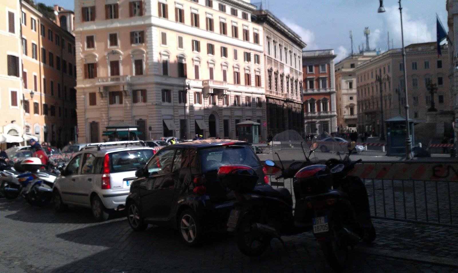 Roma fa schifo ennesimo servizio da piazza del parlamento for Roma parlamento