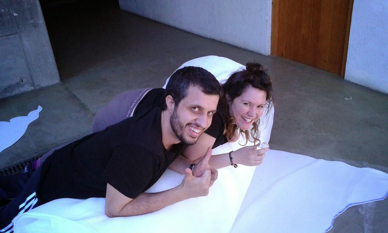 Alex y Vane probando la gomaespuma