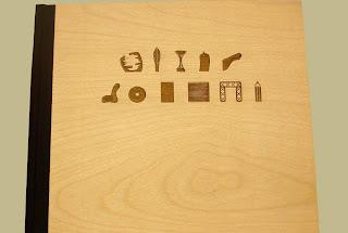 Encuadernacion en lomo de tela marron y madera grabada con laser