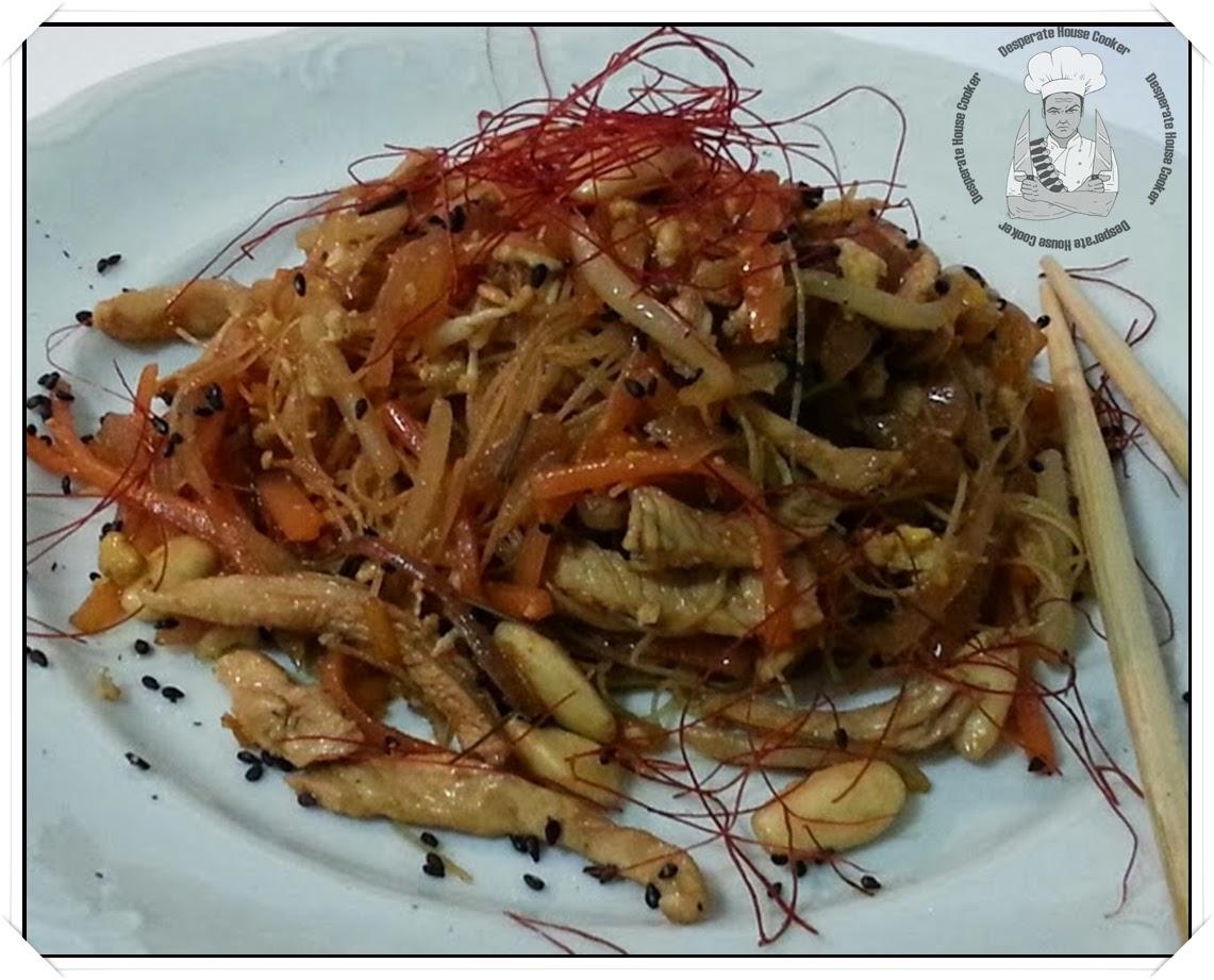 spaghetti di riso con pollo allo zenzero, zucca e sesamo nero