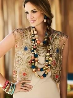 Cuanto más grandes sean los collares, mejor. Combinarlos dependerá de los colores de las prendas que lleves. No es conveniente sobrecargar el look,