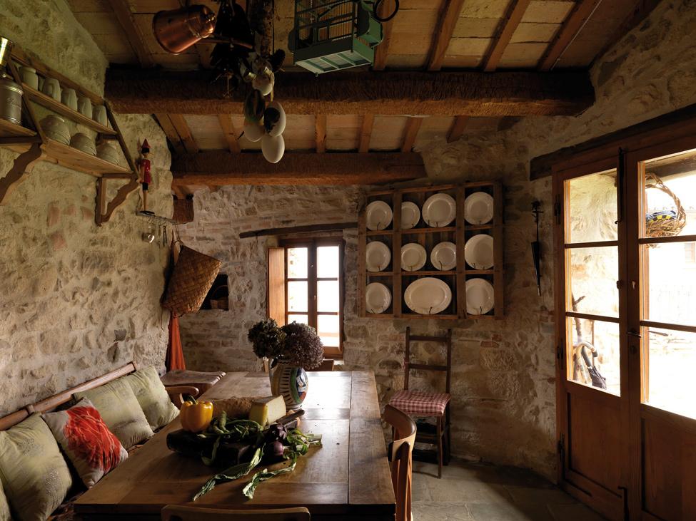 en sus muros maderas anejas en sus techos y un mobiliario