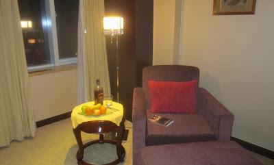 Die Leseecke meines Hotelzimmers mit Loebs Buch Sternenzimmer