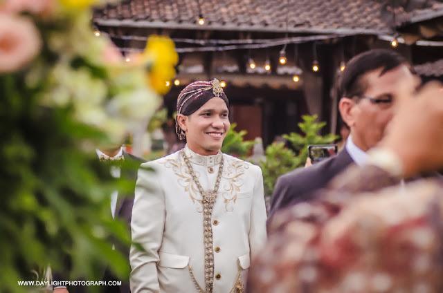 foto zico memasuki tempat pemberkatan pernikahandi lapangan hanoman ramayana prambanan yogyakarta