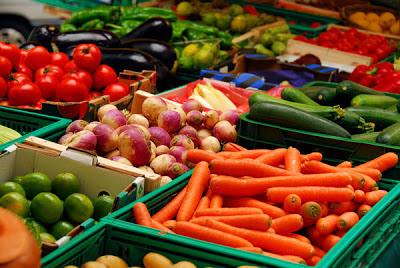 Mengenal Raw Food, Benarkah Menyehatkan?, seorang vegetarian yang mengkonsumsi sayuran buah mentah tidak dimasak.