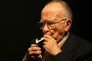 Santiago Carrillo Solares (Gijón, 1915 - Madrid, 2012) y su inseparable cigarrillo 'Peter Stuyvesant'