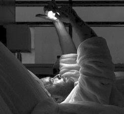 usare lo smartphone a letto