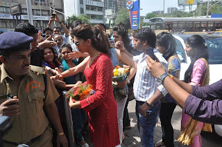 Deepika Padukone Visits Siddhivinayak Temple for YJHD success