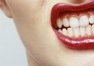 Boca sensual de uma mulher enervada a mostrar os dentes