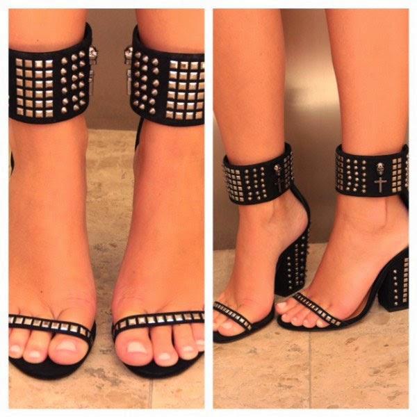 sandália com tornozeleira preta.