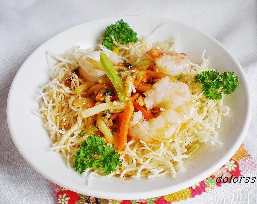 Fideos de arroz crujientes con verduras de colores y gambas. Un plato de lo más original