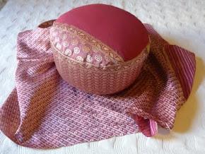 Cojín hecho con un trozo de Sari.