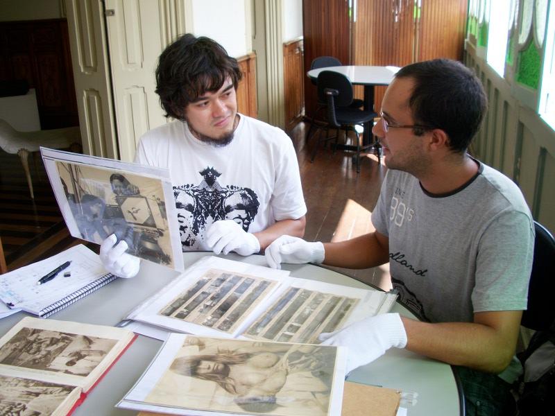 O fotógrafo Leonardo Wen e o historiador Marcos Lopes em meio ao acervo do austríaco Mario Baldi