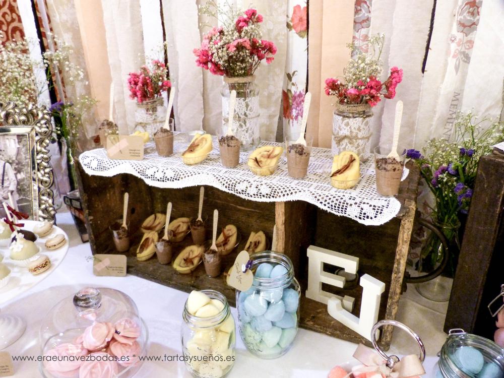 Y, presidiendo esta mesa de dulces, la tarta decorada que le da un toque de elegancia.