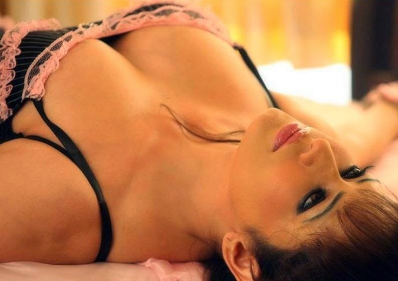 Poonam Jhawar :Poonam Jhawar Latest Unseen Hottest HD Photos on bed
