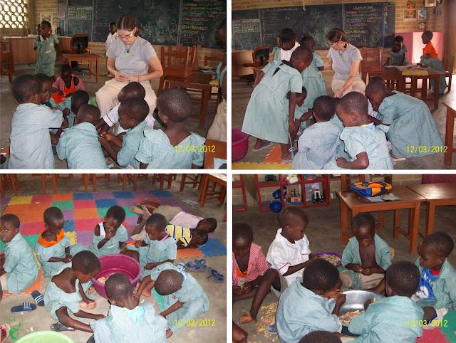 I bambini della Missione in Togo sbucciano le arachidi da piantare nei campi