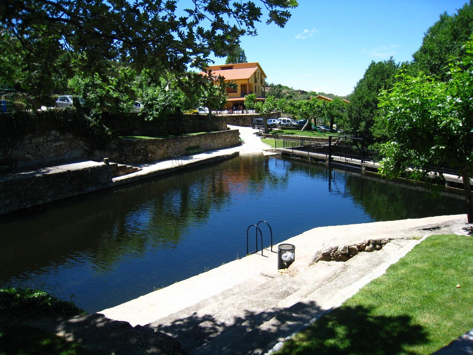 Piscinas naturales casas del monte valle del ambroz for Hoteles rurales en extremadura con piscina