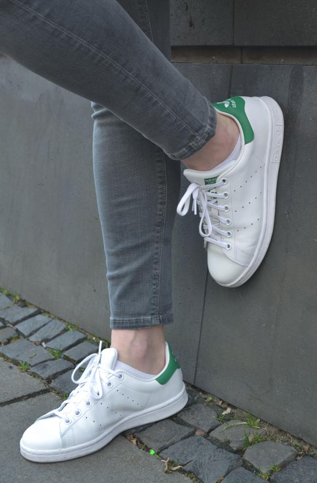 Adidas Stan Smith Sneaker lässig gestylt Topshop Jeans grau