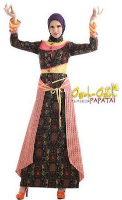 Busana muslimah trendy dengan aksen batik image