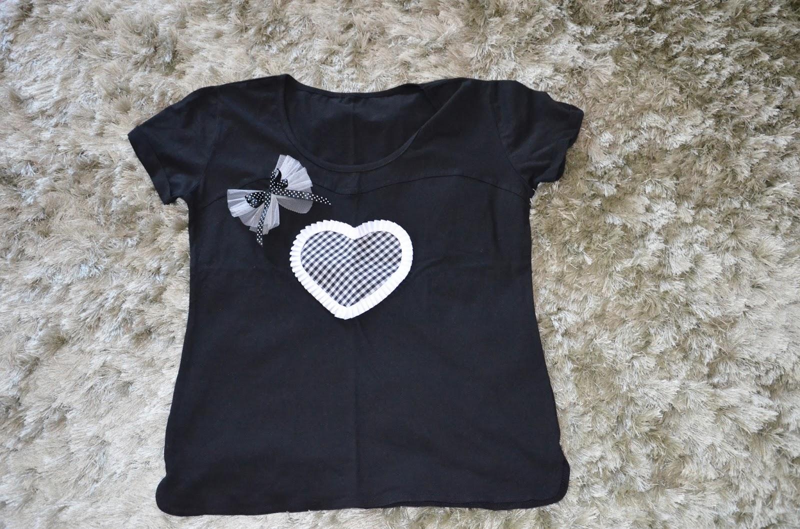 camiseta con aplicación de corazon de vichy negro y blanco con plisado blanco y lazo de tul decorativo