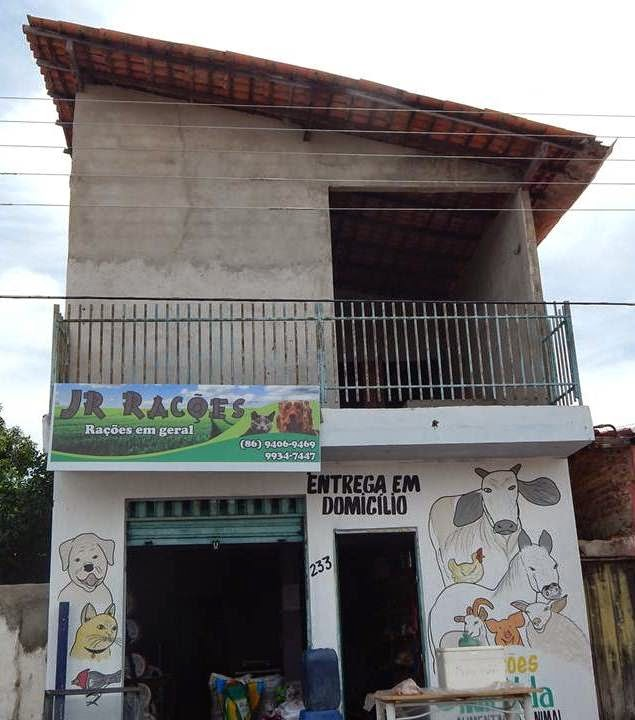 VENDE-SE UMA CASA - Rua: Zezita Sampaio - Encima do ponto comercial da JR Rações