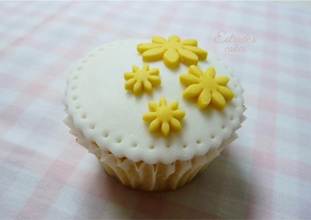 cupcakes de flores decorados con fondant - 1