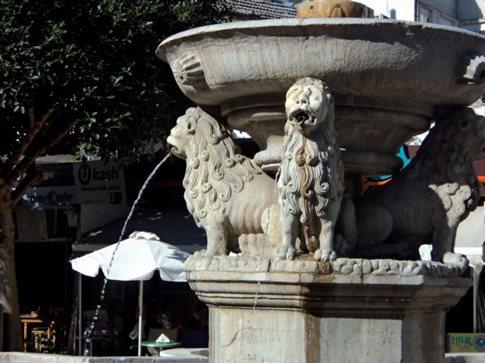Νερό αναβλύζει και πάλι από την περίφημη Κρήνη των Λιονταριών στο Ηράκλειο