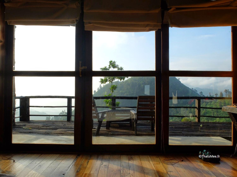 vue du lit fenêtre panoramique bungalow hutte bois sauvage nature 98 acres resort hotel Ella Sri-Lanka