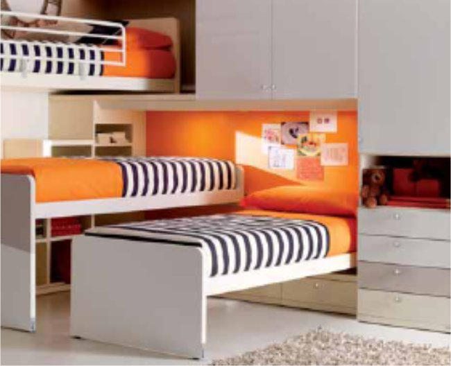 Un dormitorio infantil con tres camas dormitorios con estilo for Dormitorio juvenil tres camas