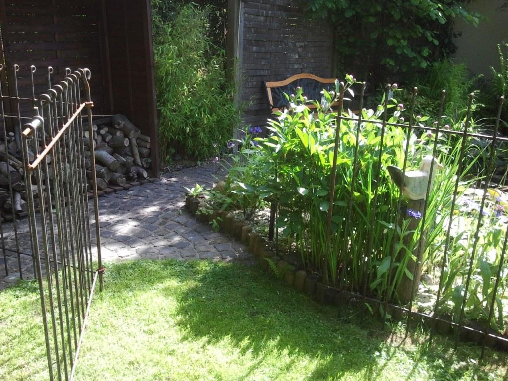 teich und steckz une von der zaun ist ein richtiges schmuckst ck und wirkt. Black Bedroom Furniture Sets. Home Design Ideas