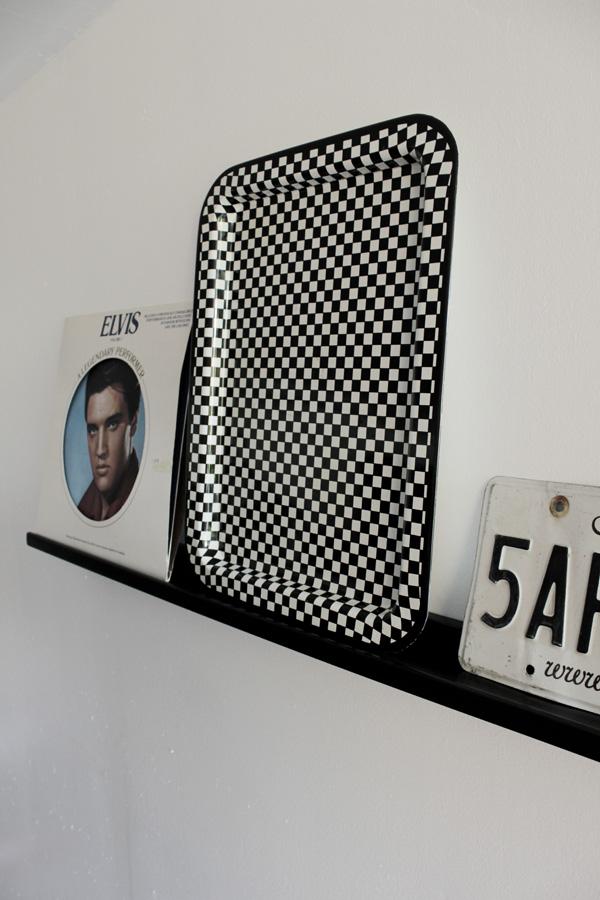 tavellist i garaget, inreda garaget, prylar från 50-talet, saker från 60-talet, svart tavellist, nummerplåt, inredning i garaget, inredningsdetaljer nostalgi, elvis inredning, rutig bricka