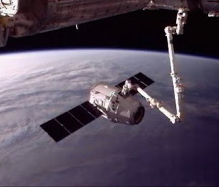 the hi¡… rise, the cube, diesnayeLands   …atheHoop… Spacex%20Dragon%20grappled